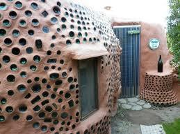 casita hecha con botellas y elementos naturales