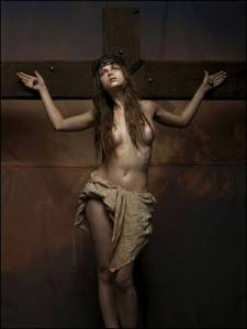 mujer en la cruz