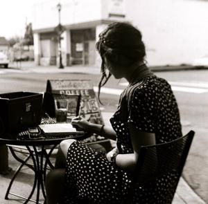 mujer vintage leyendo en terraza