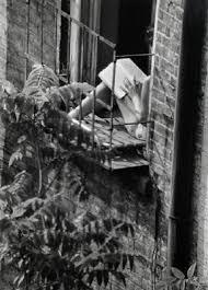 chica en balcón