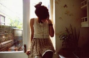 chica llorando en su habitación