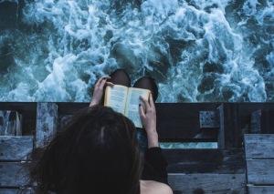 chica leyendo mar