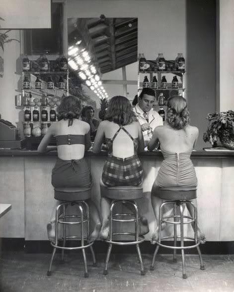 chicas  en barra de bar