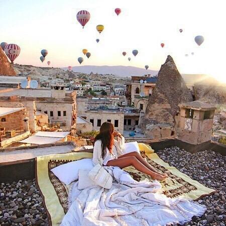 chica  en tejado, globos
