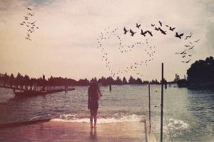 chica sola en playa