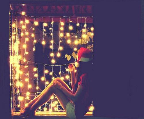 chica en ventana navidad