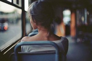 chica  en autobús